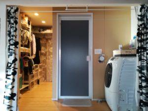 脱衣場と繋がった衣類収納